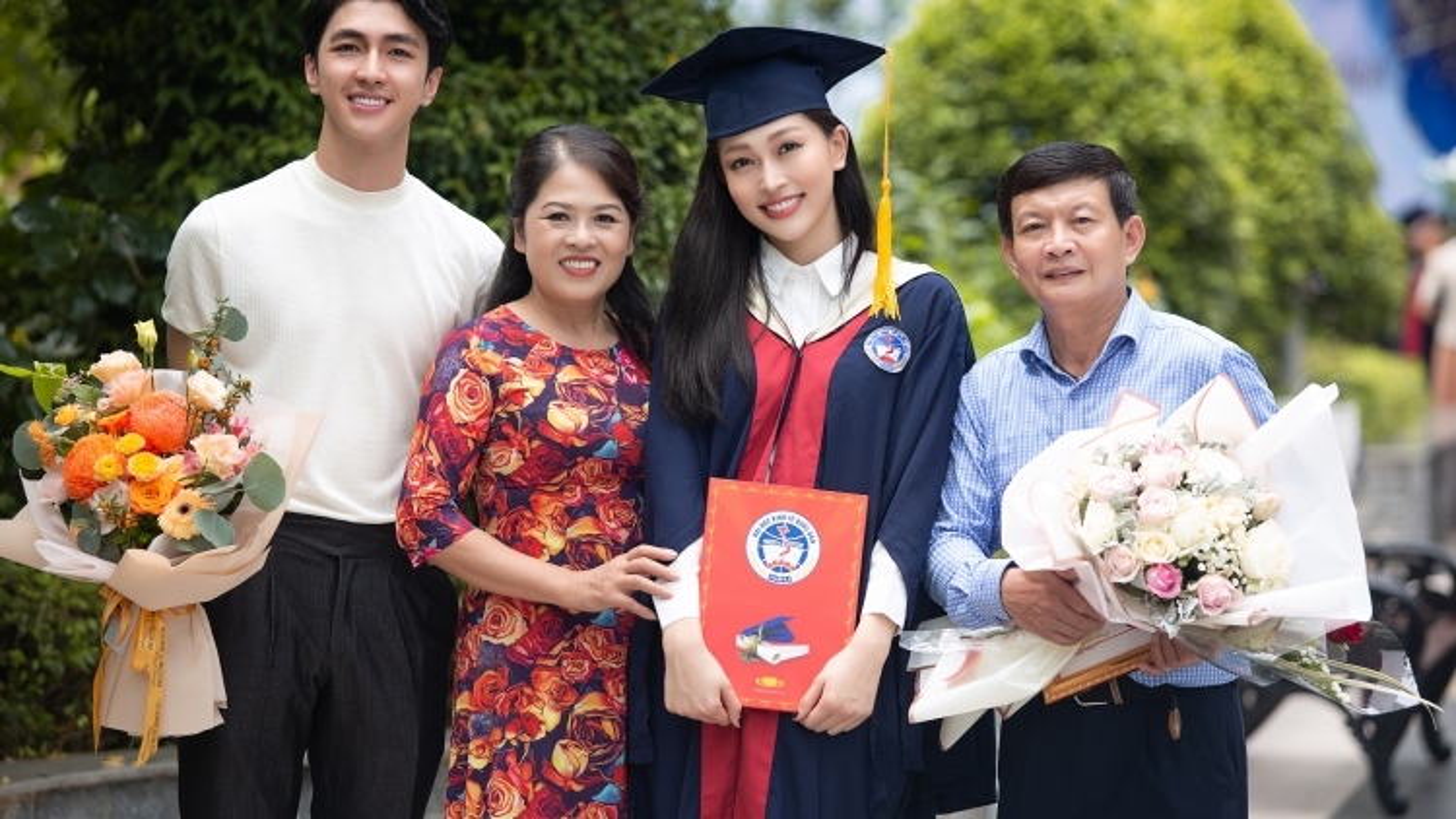 Á hậu Phương Nga rạng rỡ cùng bạn trai Bình An tại buổi lễ tốt nghiệp Đại học
