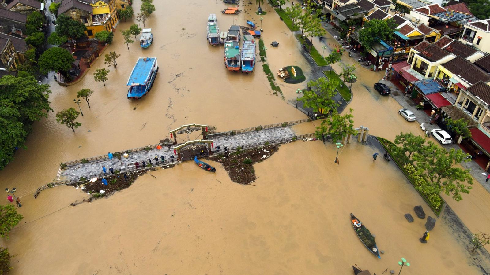 Thời tiết 10/10: Miền Trung tiếp tục mưa to diên rộng, nhiều nơi ngập lụt