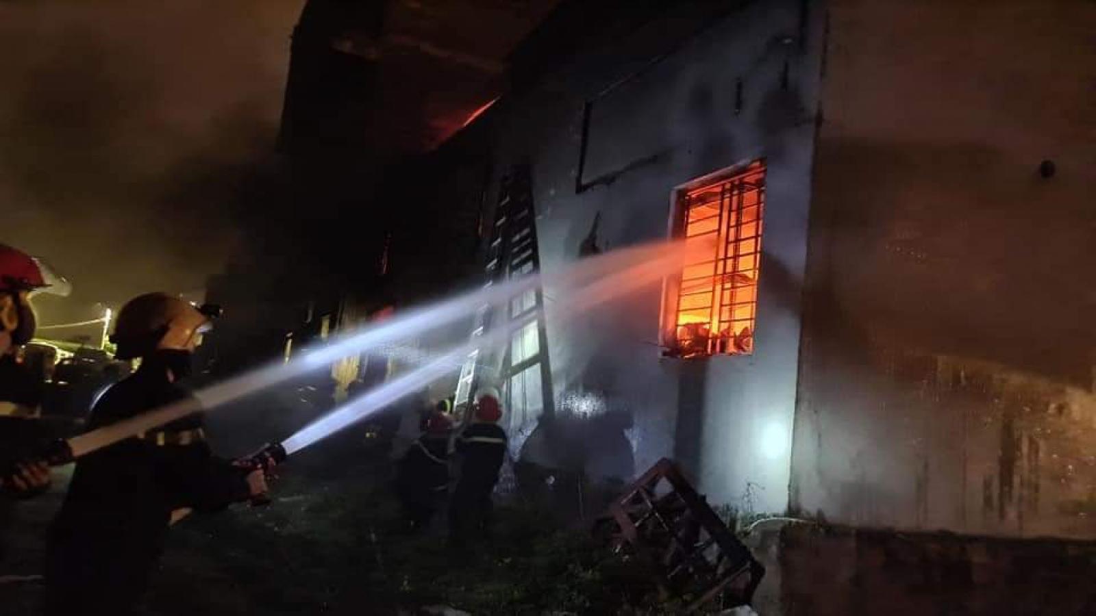 Hàng chục cảnh sát dập lửa cứu kho sơn trong đêm
