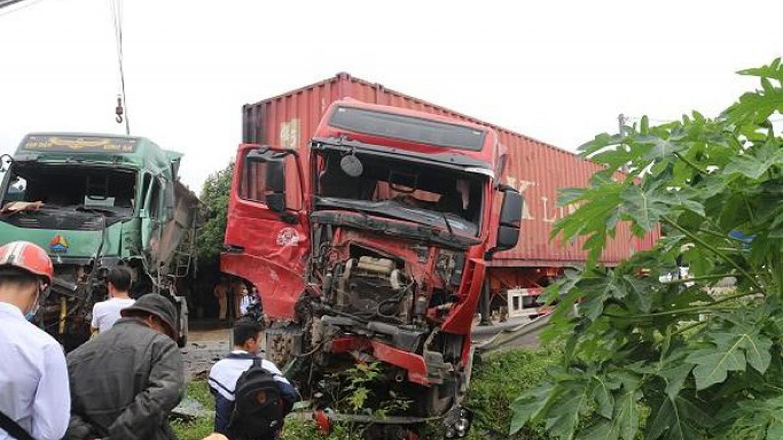 Xe tải đấu đầu kinh hoàng với container, hai tài xế thoát nạn trong gang tấc