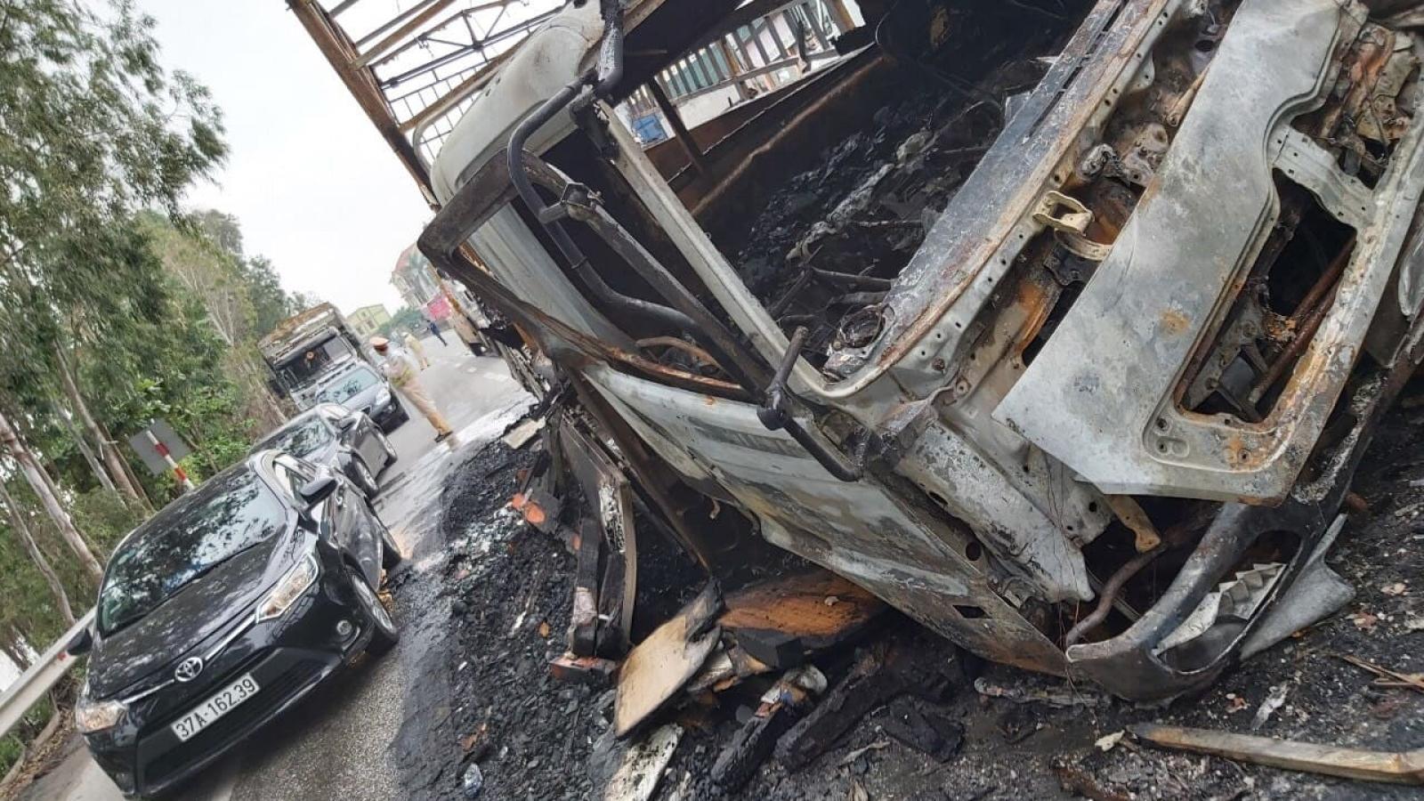Hai xe bốc cháy dữ dội trên quốc lộ 1A sau cú va chạm kinh hoàng