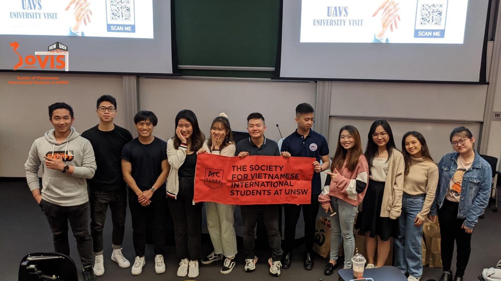 Sinh viên Việt Nam tại Australia giúp đỡ nhau trong mùa dịch