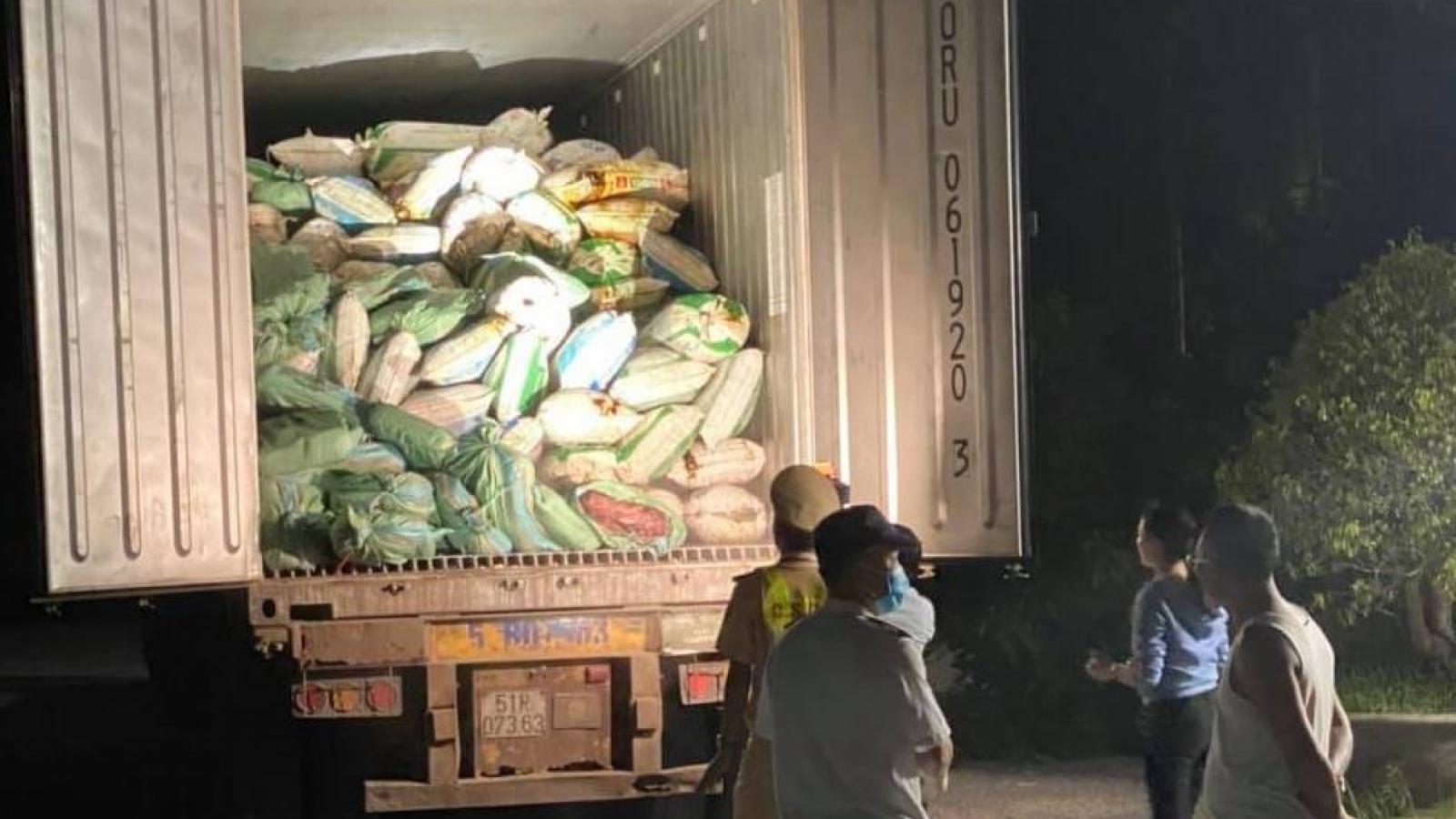 Bắt quả tang xe tải chở 30 tấn nội tạng động vật bốc mùi hôi thối