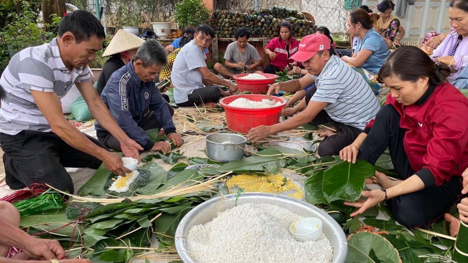 Người dânĐắk Lắk gói hơn 10.000 bánh chưng, bánh tét gửi vùng lũ miền Trung