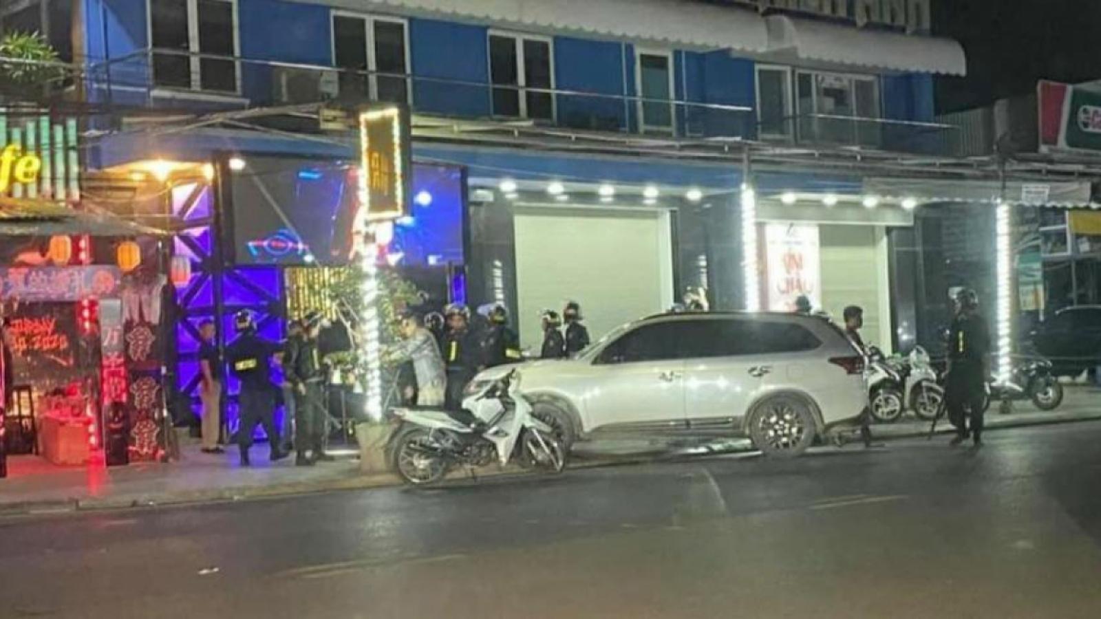 Nóng 24h: Đột kích bar New Square, tạm giữ gần 100 người nghi dùng ma túy