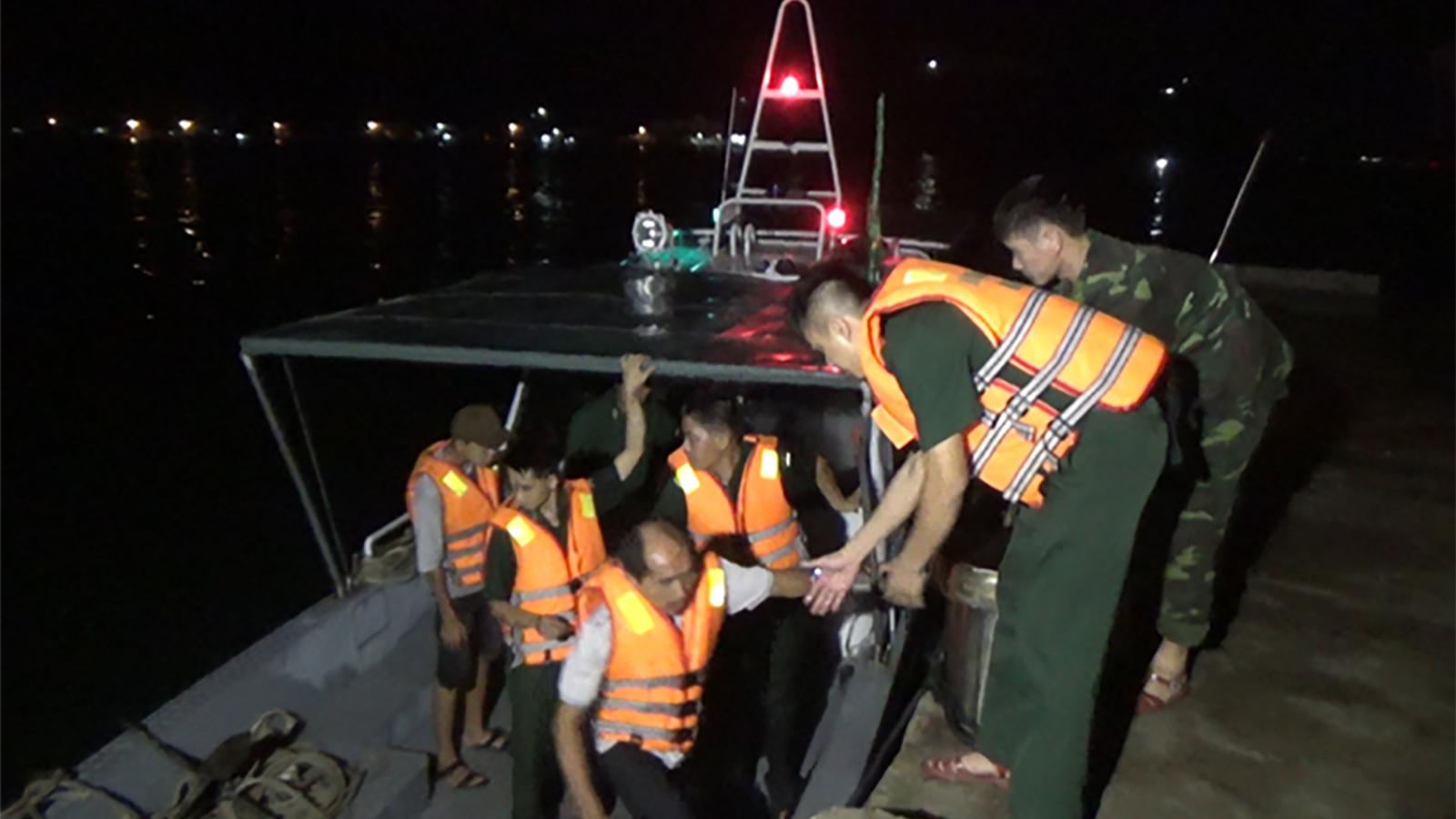 Bình Địnhcứu kịp thời 11 ngư dân trên tàu cá bị chìm