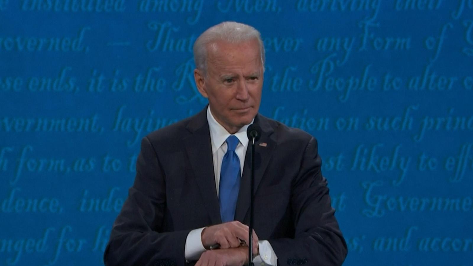 Video: Ông Biden kiểm tra đồng hồ khi tranh luận với ông Trump kết thúc