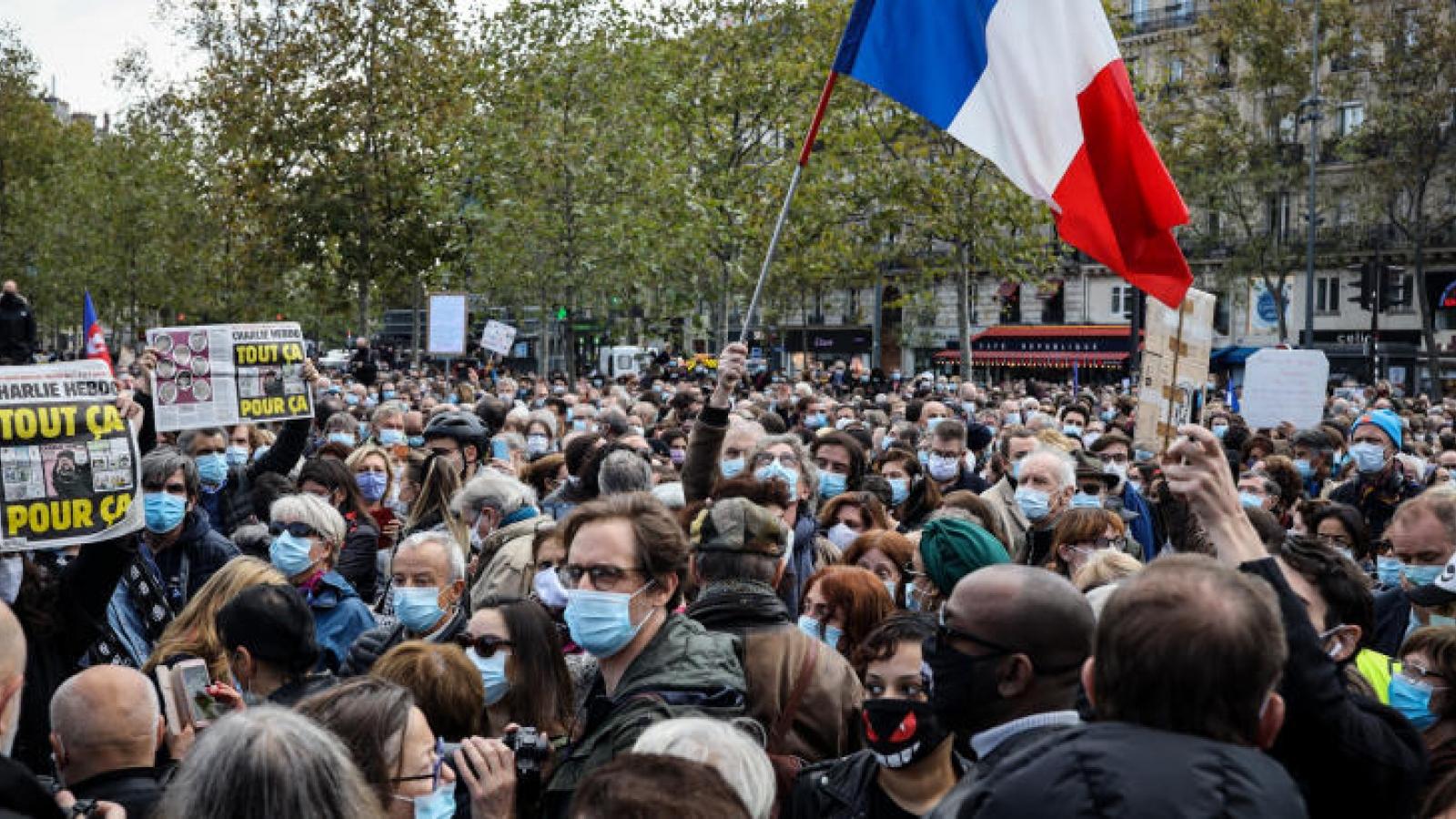 Bất chấp Covid-19, hàng chục nghìn người ở Pháp tuần hành tưởng niệm nạn nhân khủng bố