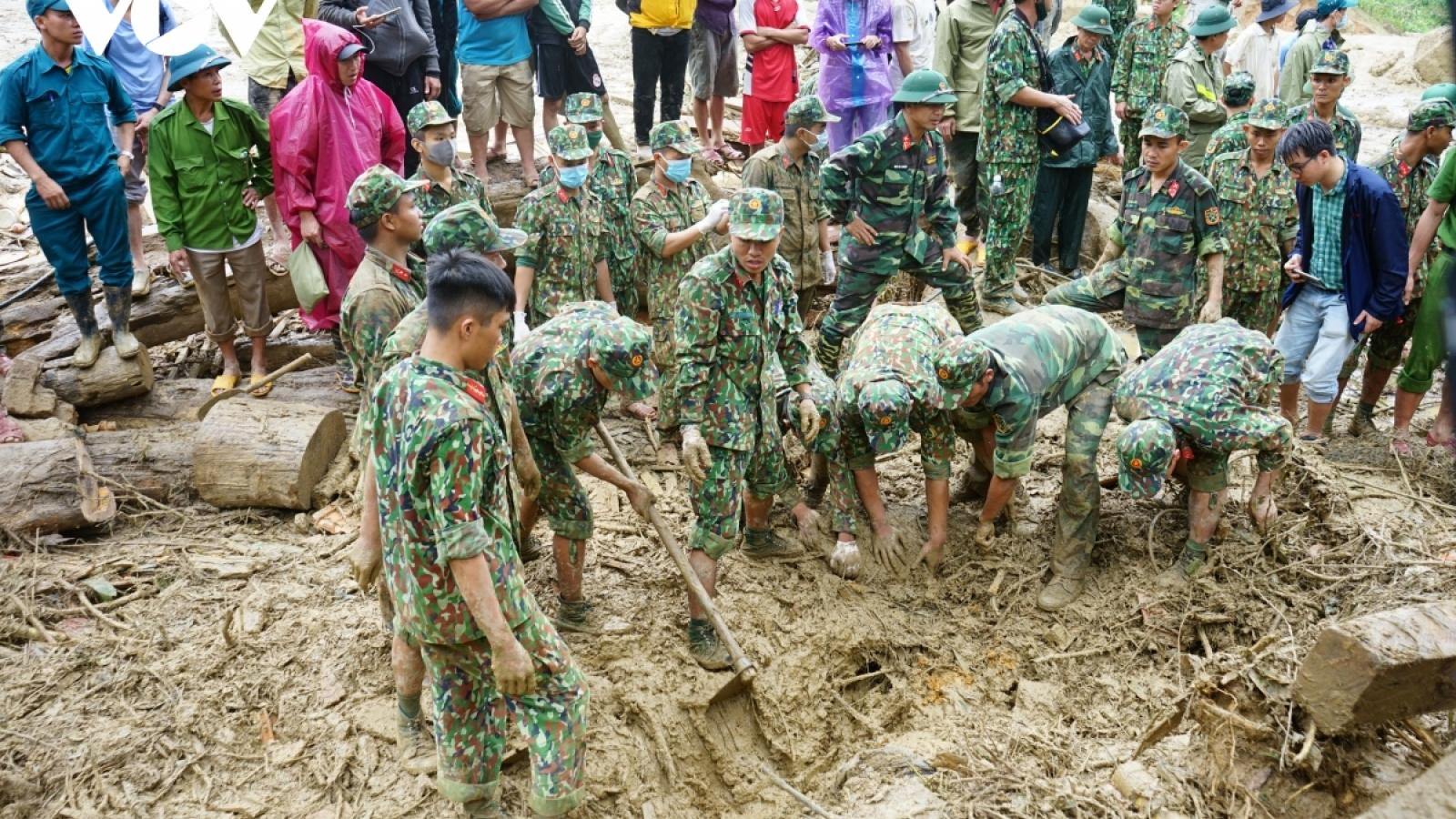 Bộ đội dầm mưa tìm người mất tích ở Trà Leng