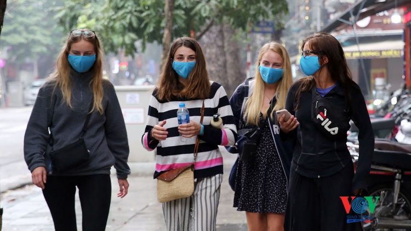 Thắt chặt quy định đeo khẩu trang tại các tỉnh thành đông dân cư