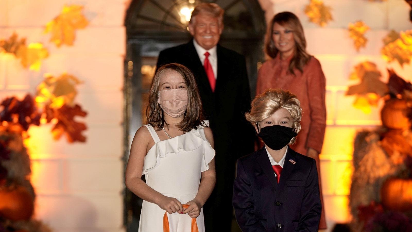 Tổng thống Trump và phu nhân bất ngờ gặp cặp đôi nhí đóng vai mình dịp Halloween