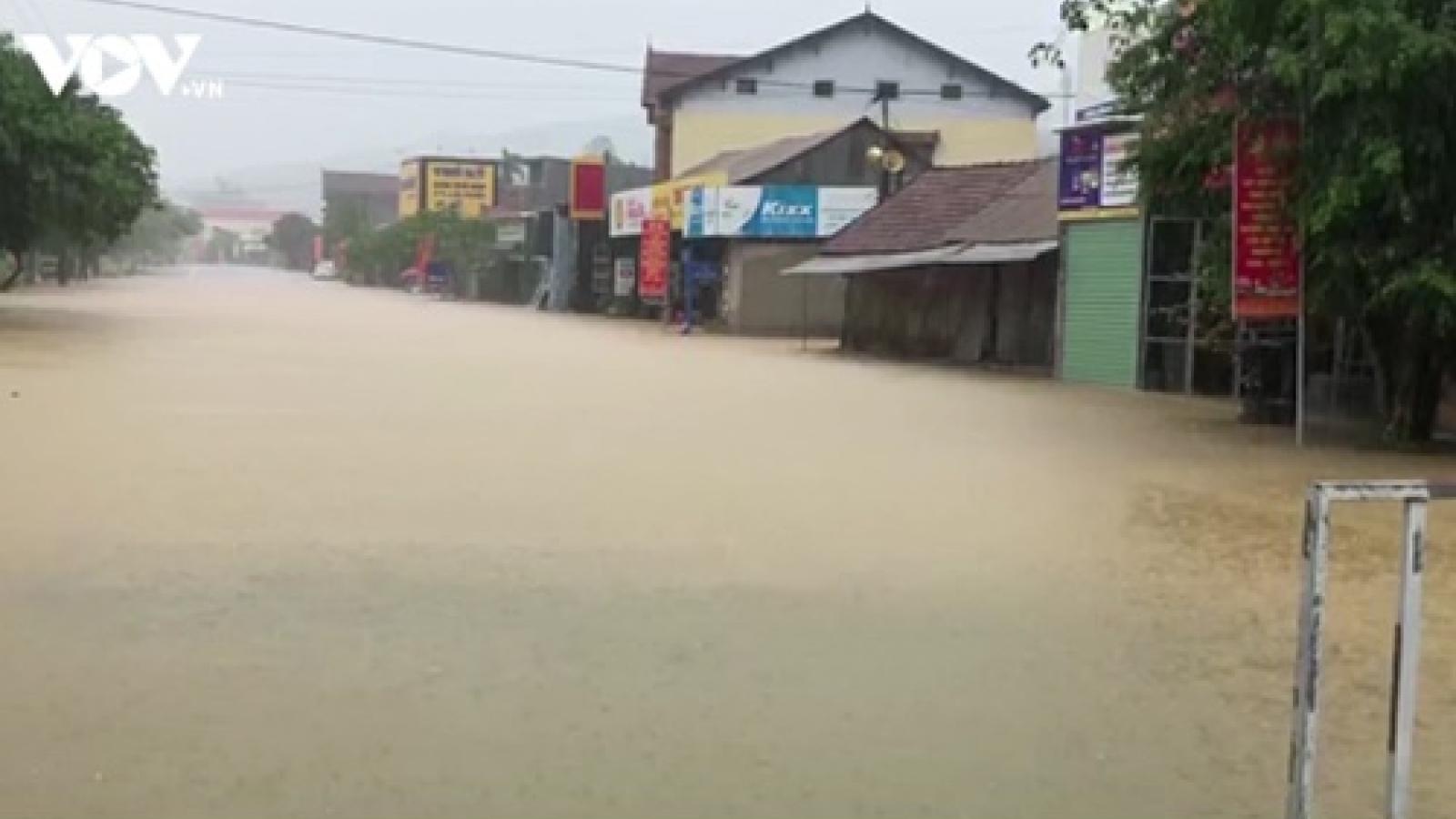 Mưa lớn, nhiều địa phương ở Quảng Bình, Quảng Trị ngập trong nước lũ