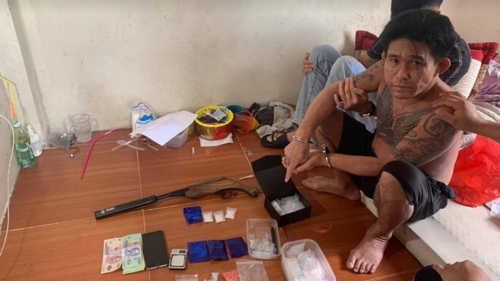 Hai bố con trang bị súng trong nhà để mở đại lý ma túy