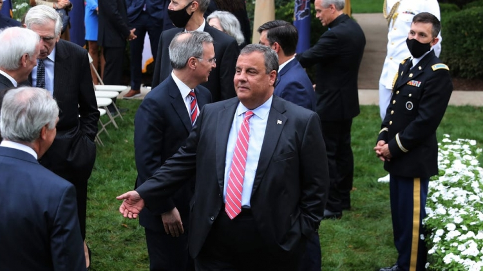 """Cựu Thống đốc New Jersey nhận """"sai lầm"""" khi không đeo khẩu trang ở Nhà Trắng"""