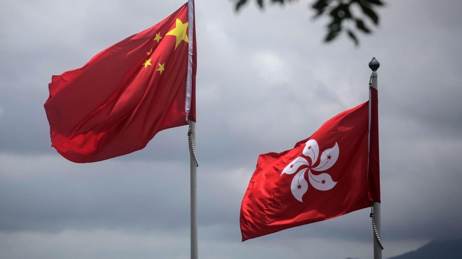 """Mỹ-Trung lại """"đấu khẩu"""" vì các hạn chế hoạt động ngoại giao tại Hong Kong"""