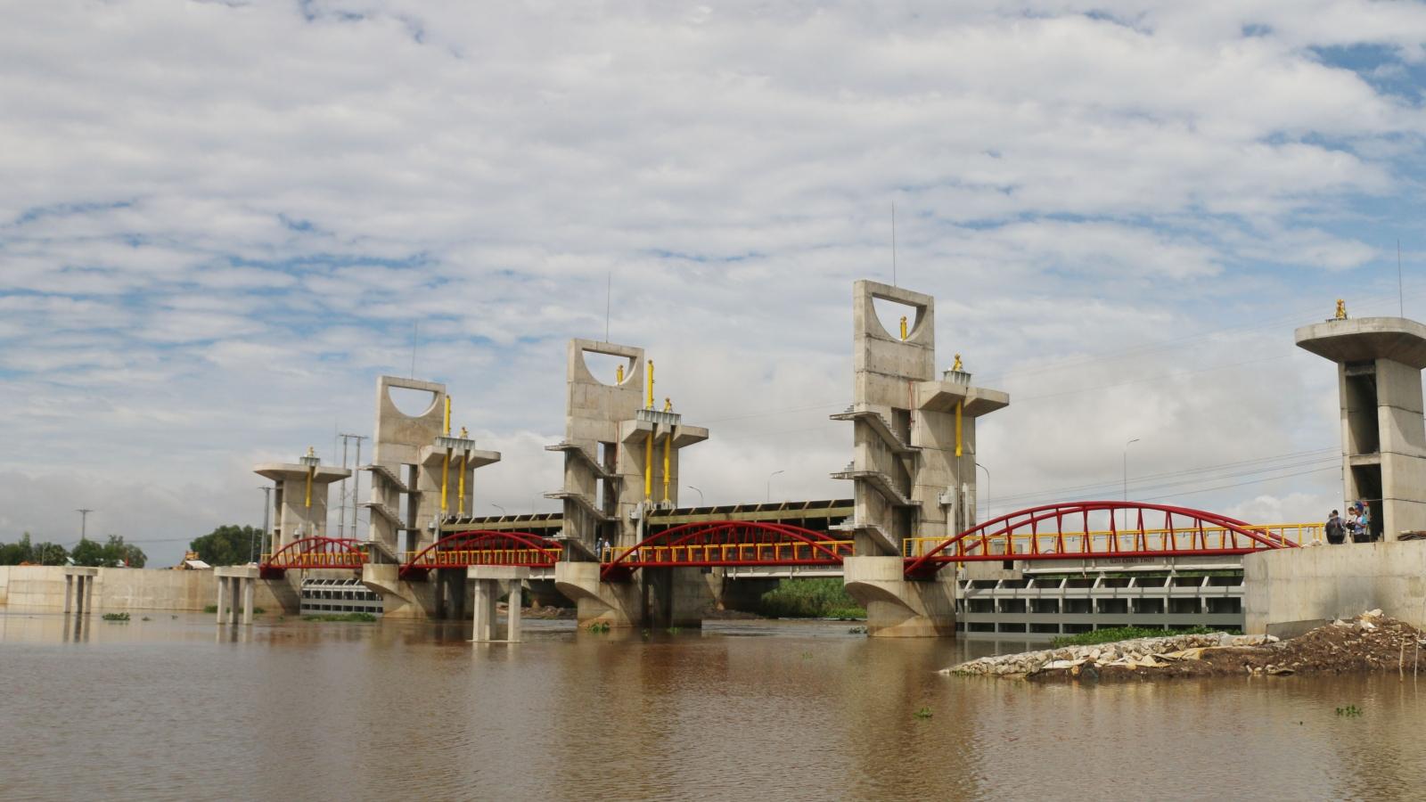 Vận hành xả cống kiểm soát lũ sông vùng Tứ Giác Long Xuyên (An Giang)