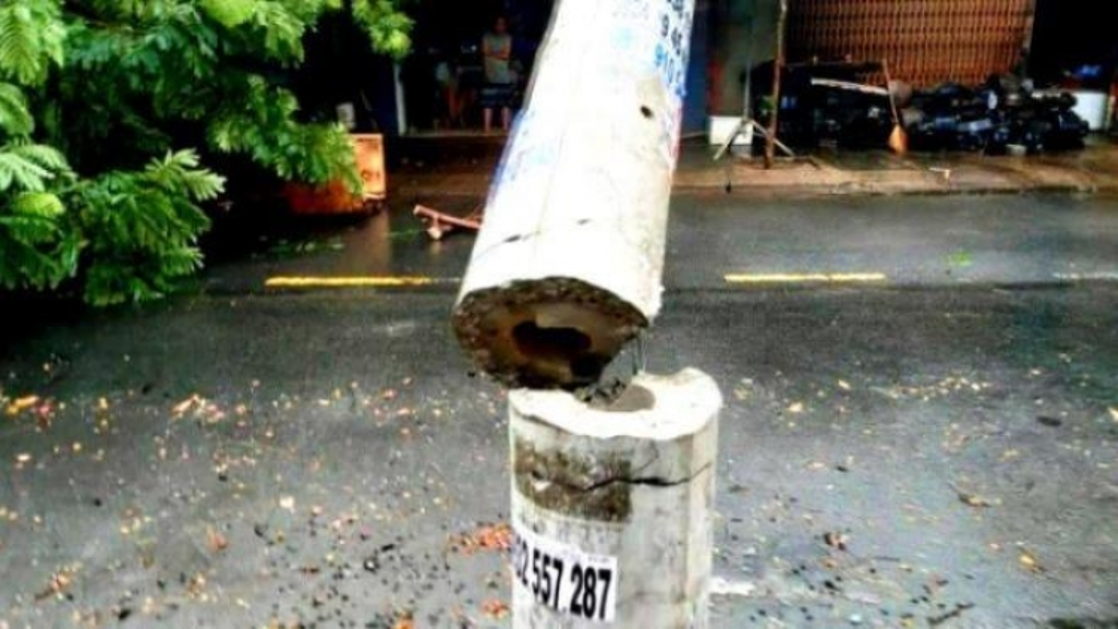 Nhiều cột điện gãy đổ trong mưa bão: Bộ Xây dựng lý giải nguyên nhân