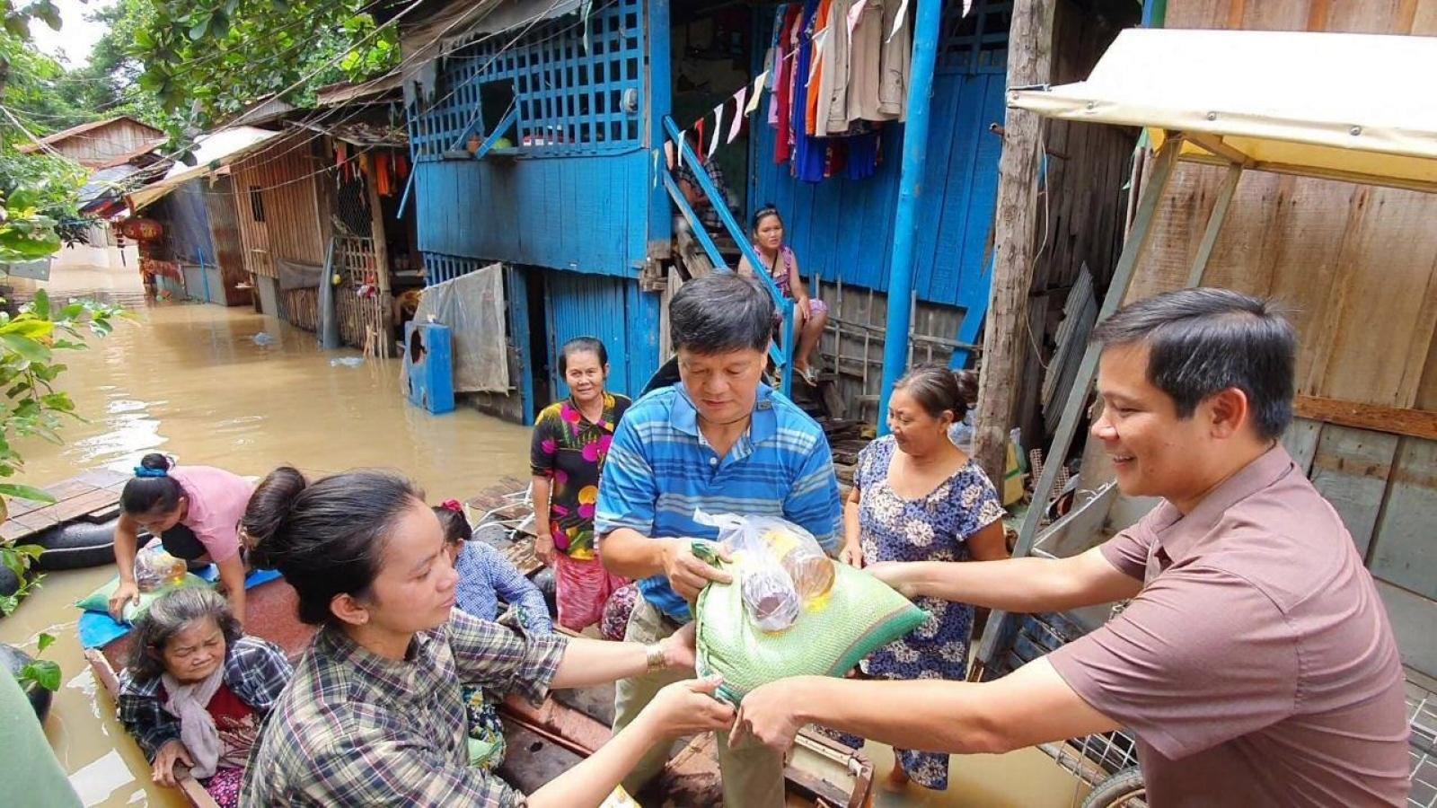 Tổng Lãnh sự quán Việt Nam hỗ trợ khẩn cấp bà con bị lũ lụt tại tại Campuchia