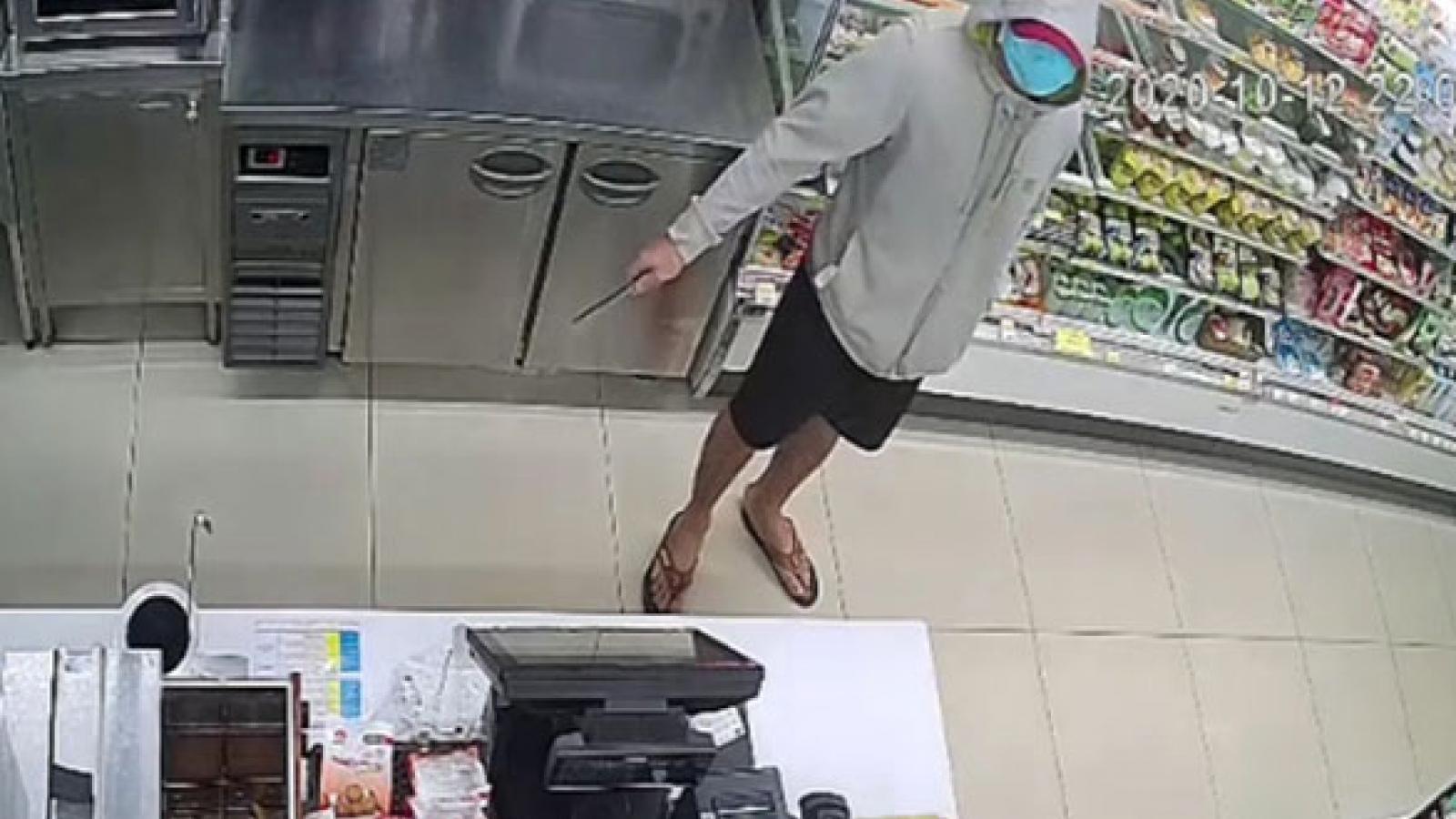 Dùng dao khống chế nhân viên cửa hàng tiện ích để cướp tiền