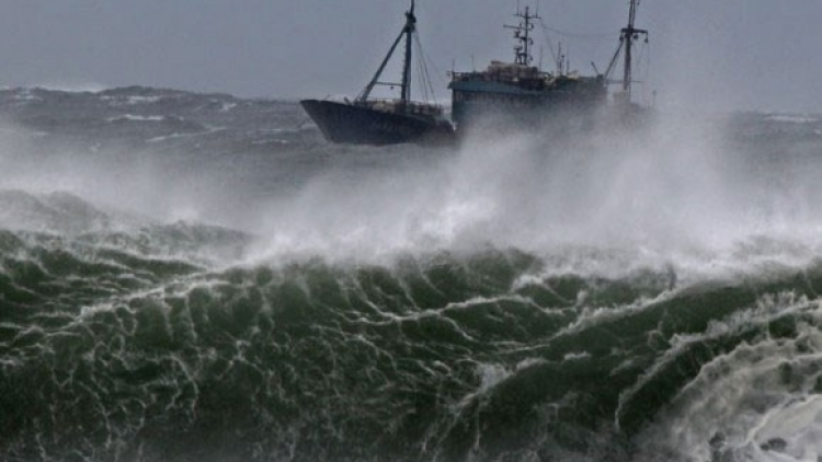 Phớt lờ khuyến cáo, 1 tàu cá có 4 thuyền viên chết máy gần tâm bão số 8