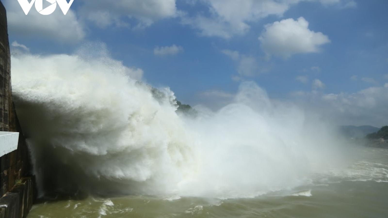 Bão số 7 đe dọa mức độ an toàn hồ thủy điện Hòa Bình và Sơn La