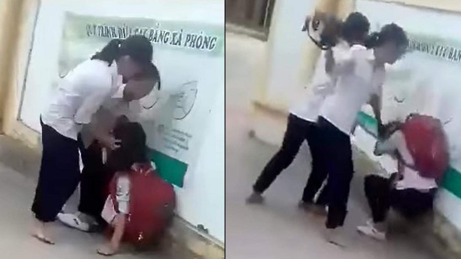 Chê mẫu áo mới quá mỏng, nữ sinh bị nhóm bạn đánh hội đồng ngay trước cổng trường