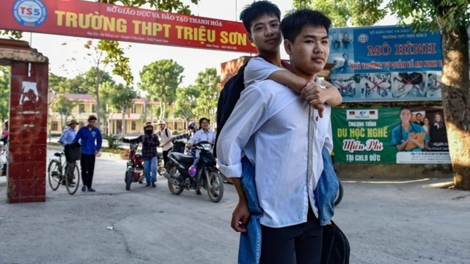 Đại học Y dược Thái Bình miễn học phí cho nam sinh 10 năm cõng bạn đến trường