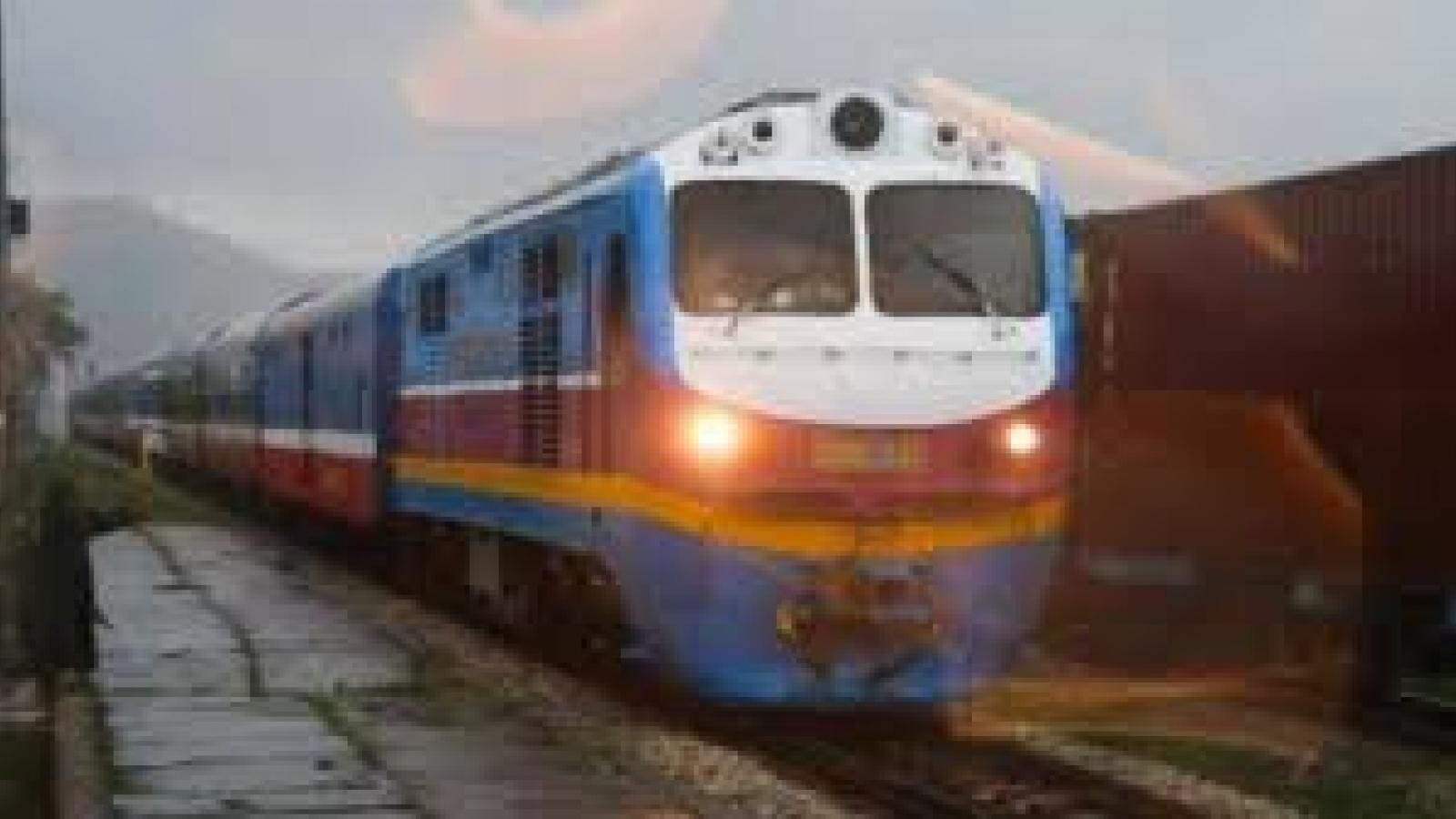 Sau nhiều ngày bị chia cắt, đường sắt Bắc – Nam đã thông tuyến qua Huế