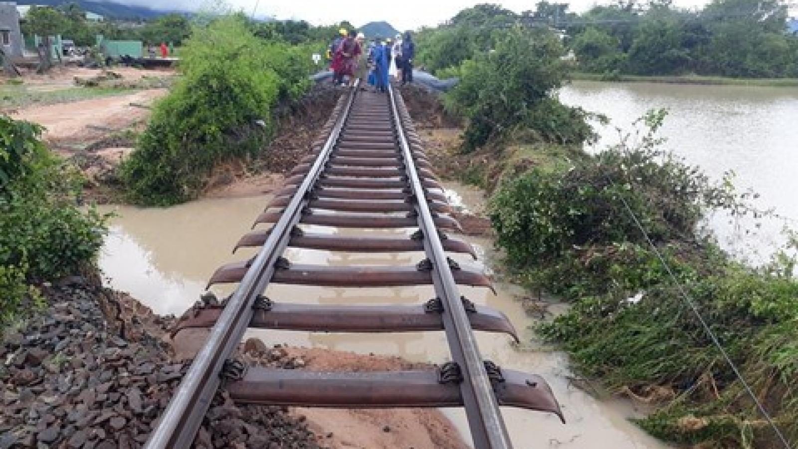 Nước lũ ở Đồng Hới đang rút, đường sắt Bắc-Nam thông tuyến, chạy lại tàu