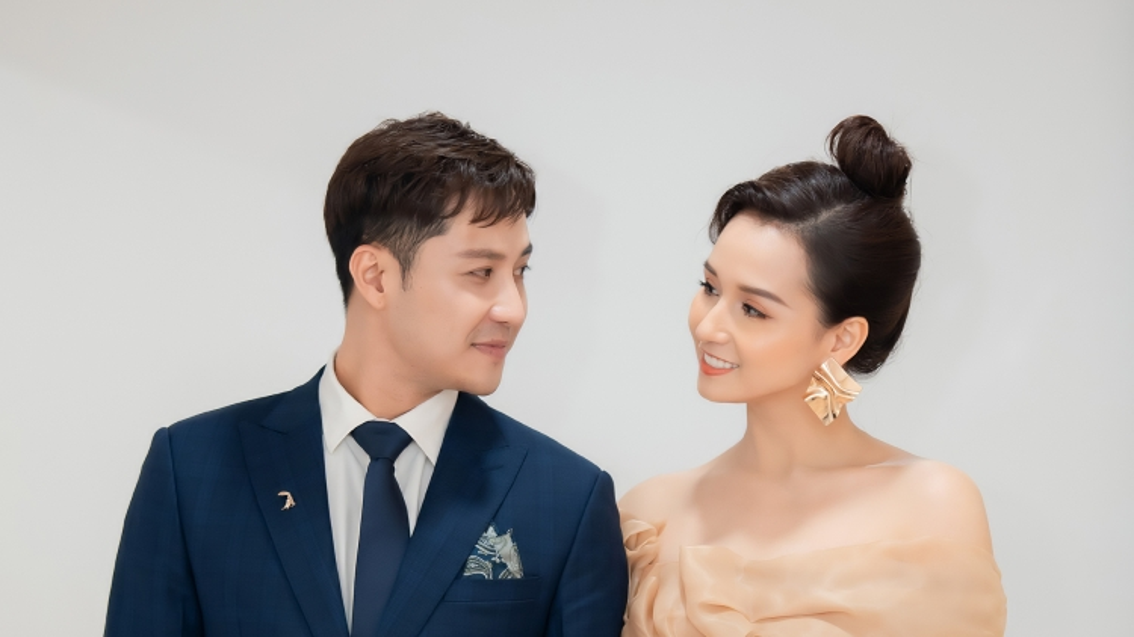 Lã Thanh Huyền diện váy cúp ngực, sánh đôi Thanh Sơn đi sự kiện