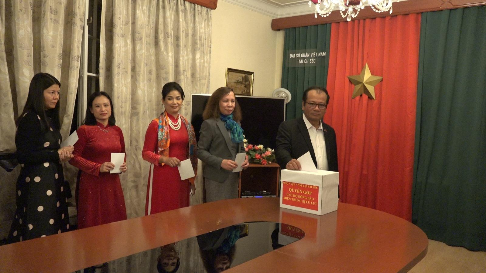 Đại sứ quán Việt Nam tại Séc quyên góp ủng hộ đồng bào miền Trung