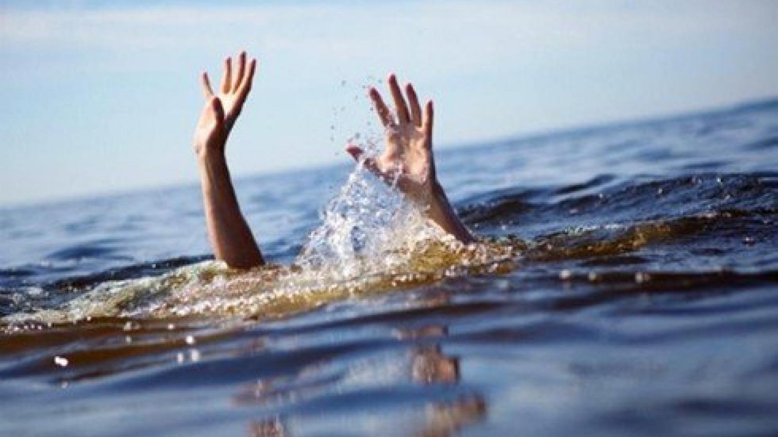 Cùng mẹ và bà đi gặt lúa, hai cháu nhỏ ngã xuống ao đuối nước