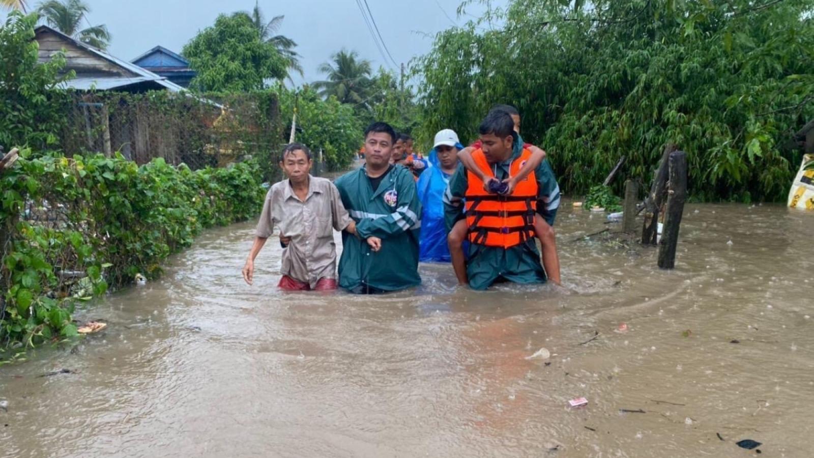 Dự báo, vùng áp thấp gây mưa lớn kéo dài ở miền Trung, có nơi lên tới 1.200 mm