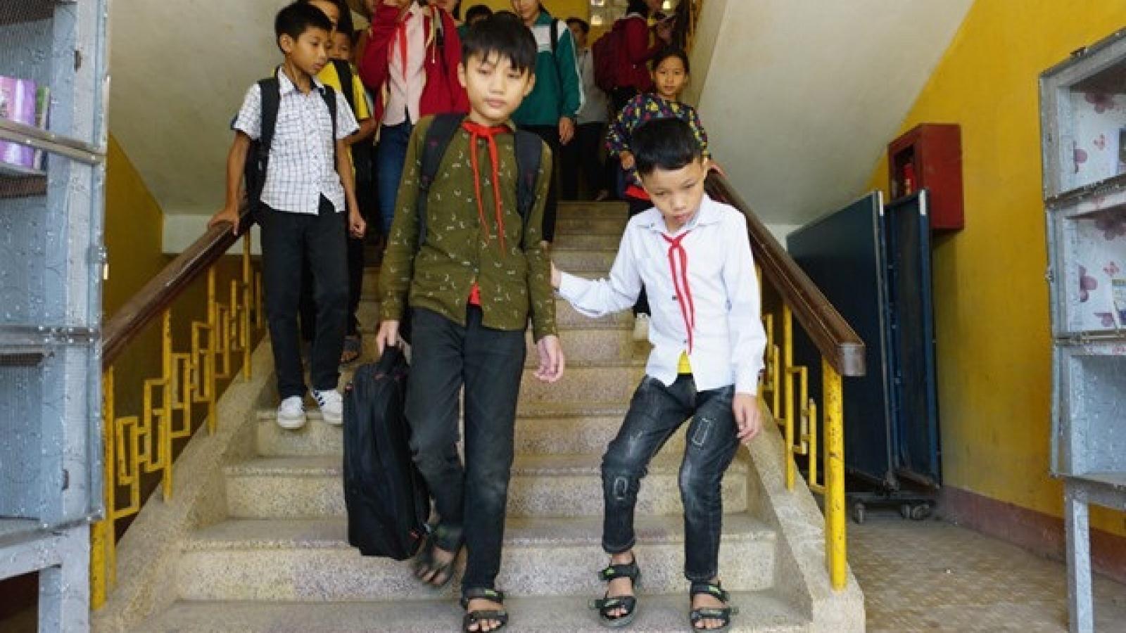Cậu bé người Thái 7 năm cõng bạn đến trường