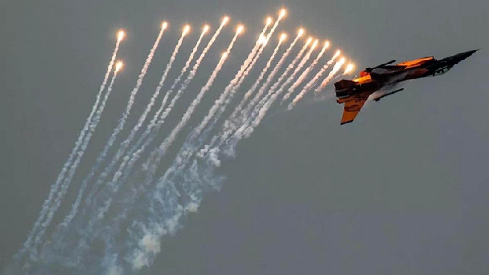 Video: Tiêm kích F-16 bắn pháo sáng, chặn máy bay gần nơi ông Trump vận động tranh cử