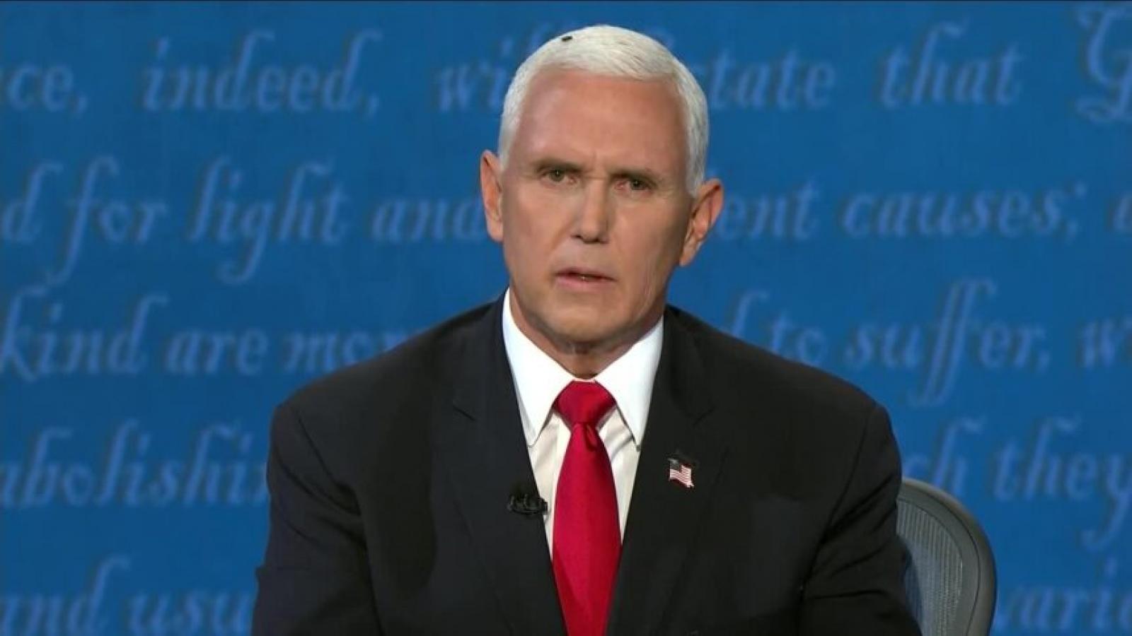 """Bất ngờ với """"vị khách không mời mà đến"""" trên đầu ông Pence giữa cuộc tranh luận"""
