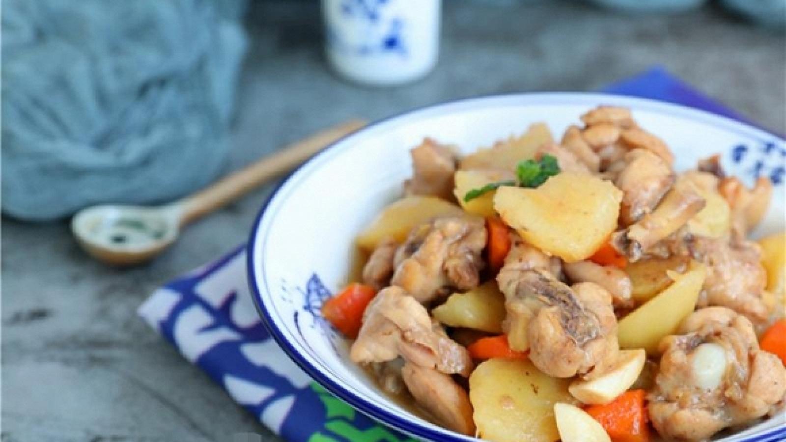 Cách làm món gà hầm khoai tây và cà rốt cho bữa cơm gia đình thêm bổ dưỡng