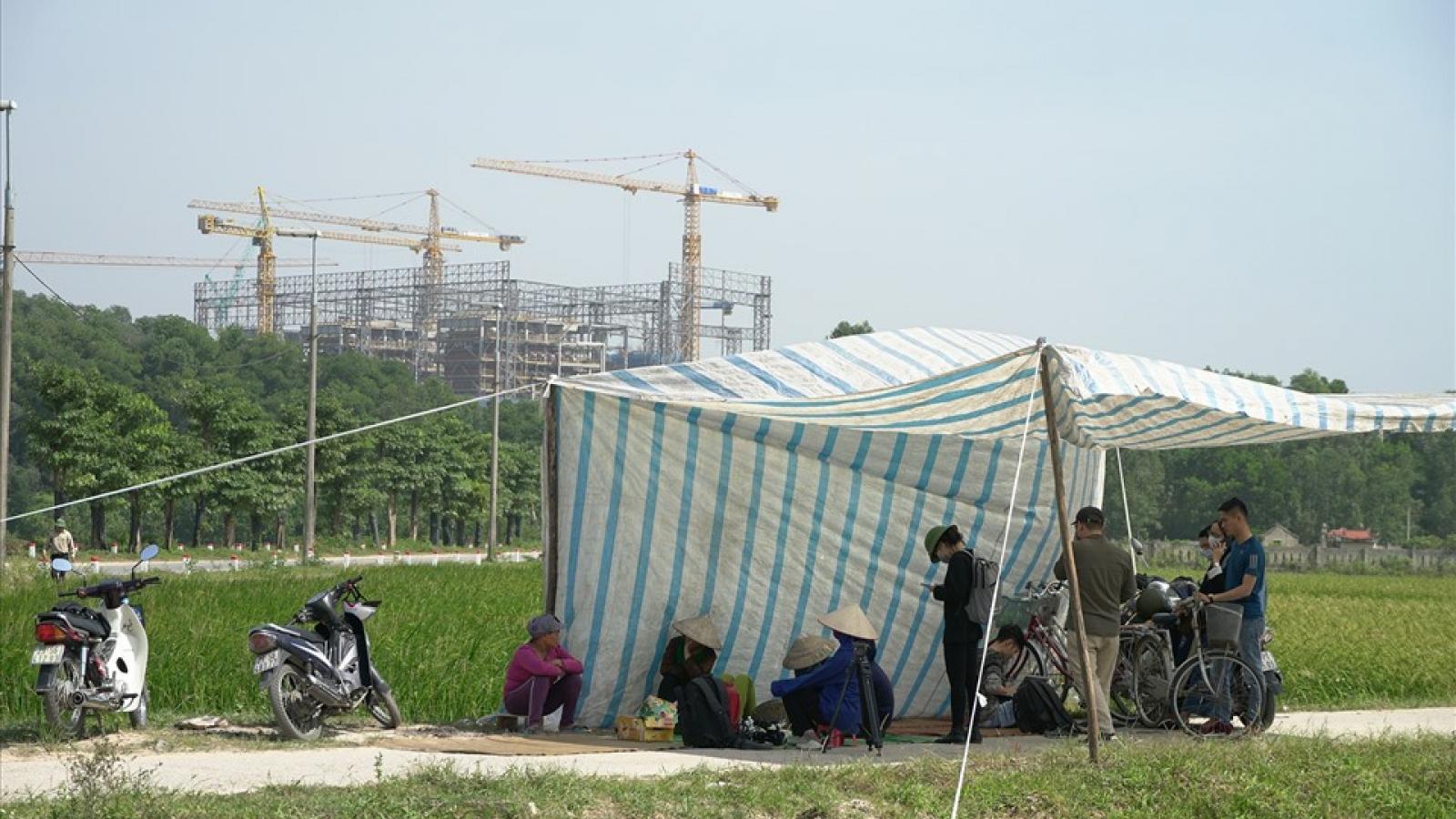 Lãnh đạo Hà Nội về, dân dựng lều chặn xe chở rác vào bãi Nam Sơn