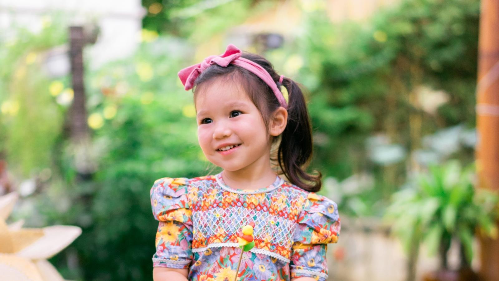 Con gái lai Tây của siêu mẫu Hà Anh đáng yêu khi mặc áo dài