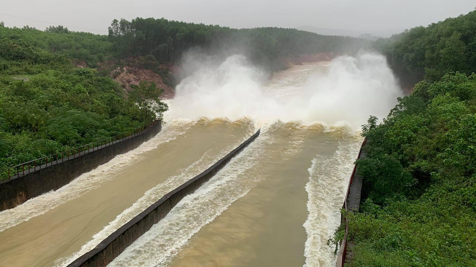 Hồ Kẻ Gỗ tiếp tục giảm lưu lượng xả tràn