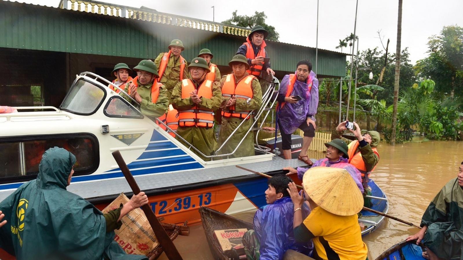 Hà Tĩnh khẩn trương cứu hộ người dân ra khỏi vùng ngập