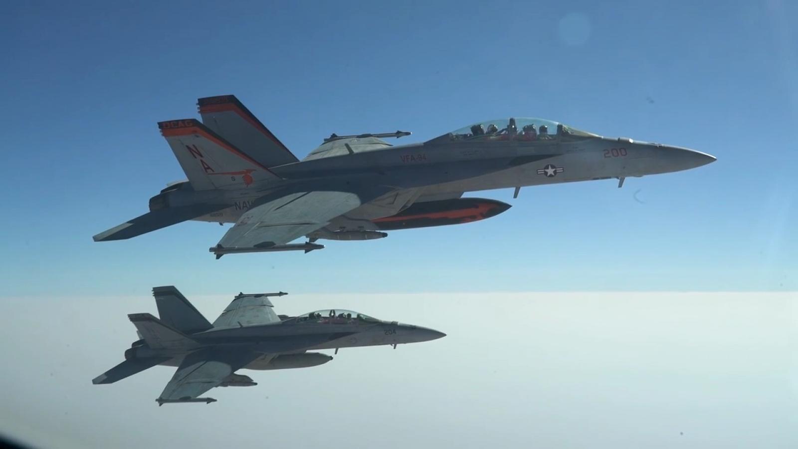 """""""Thùng xăng bay"""" KC-135 tiếp liệu cho F-18F trên bầu trời Trung Đông"""