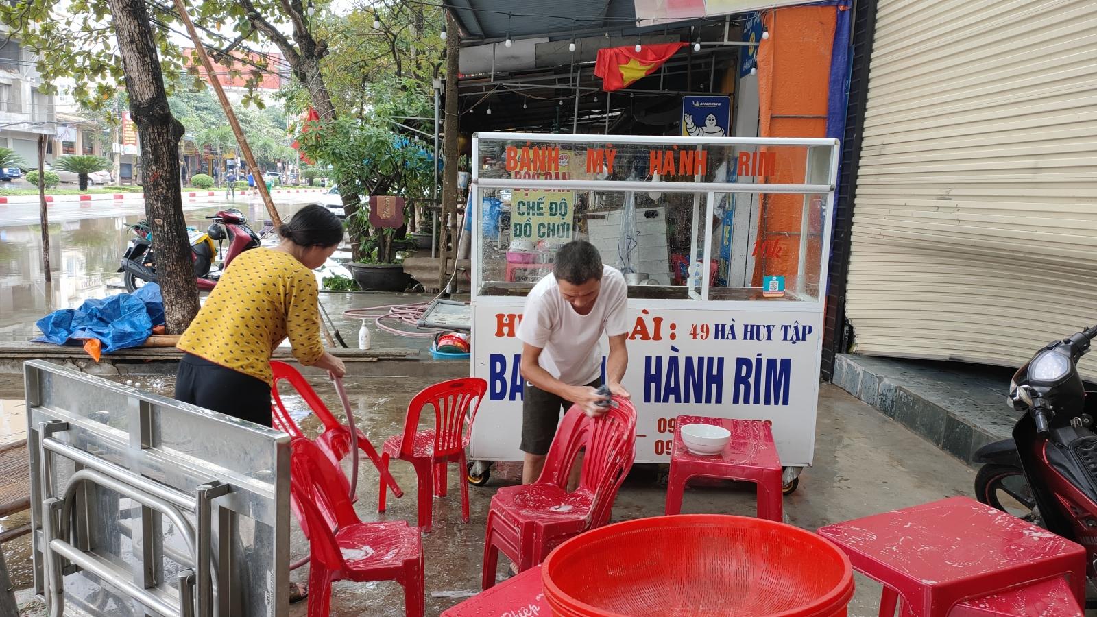 Nước rút dần, người dân Hà Tĩnh tranh thủ vệ sinh nhà cửa, ổn định cuộc sống