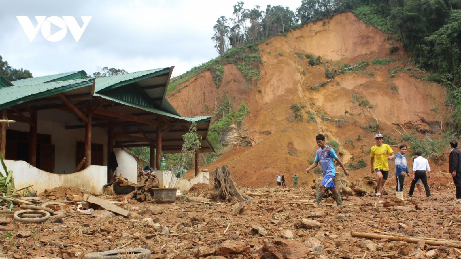 Sạt lở núi ở huyện miền núi Phước Sơn vùi lấp 11 người