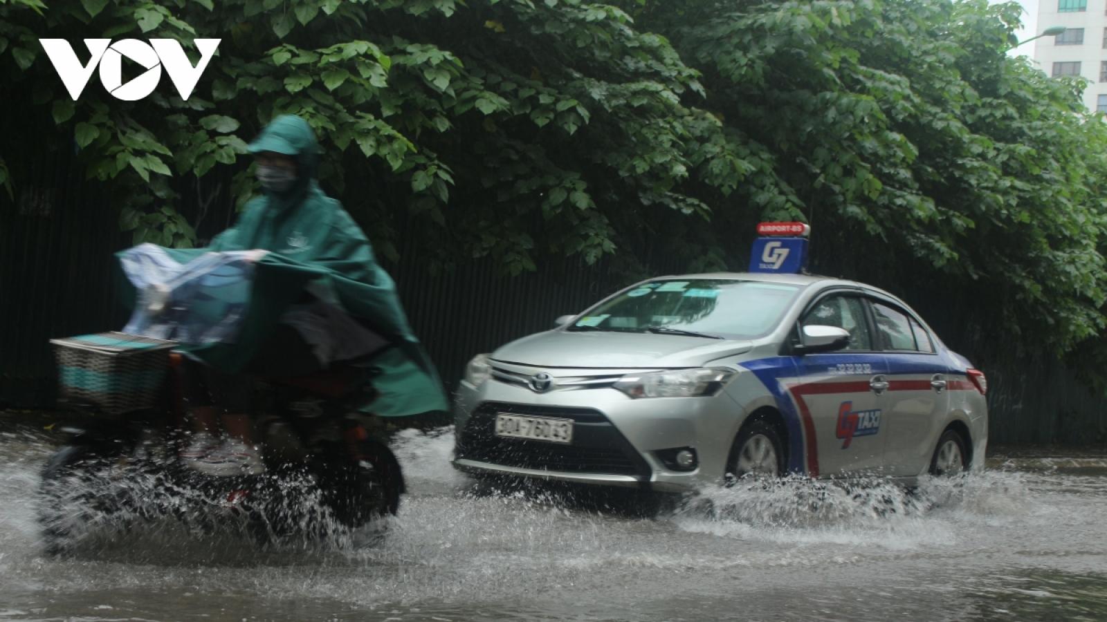 Đi xe máy mùa mưa bão cần lưu ý điều gì?