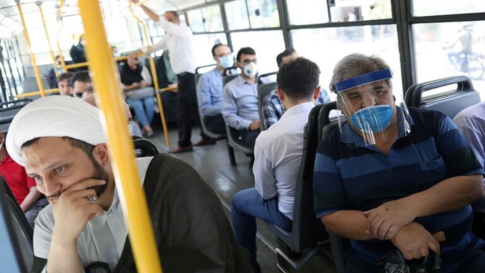 Iran phạt tiền những người vi phạm phòng chống dịch Covid-19
