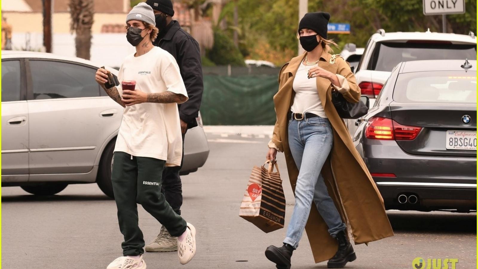 Justin Bieber lái siêu xe chở vợ đi mua nước trái cây ở Los Angeles