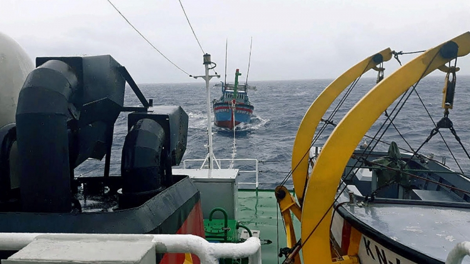 Tàu KN413 cứu tàu cá và 3 ngư dân bị nạn trên biển