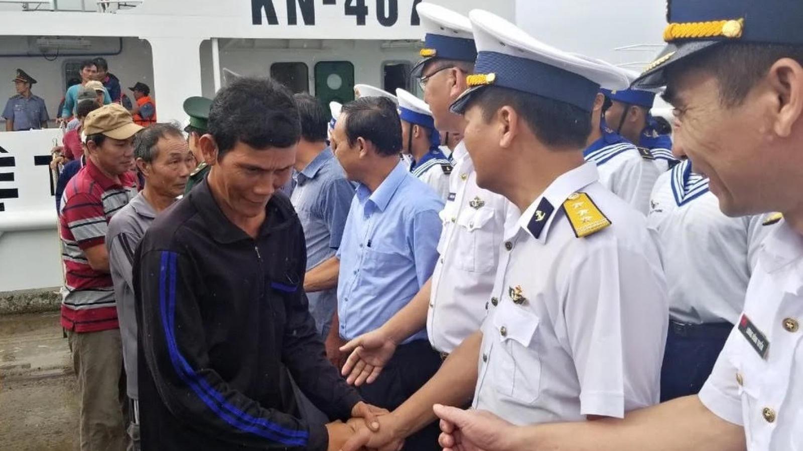 11 ngư dân gặp nạn trên biển về bờ an toàn