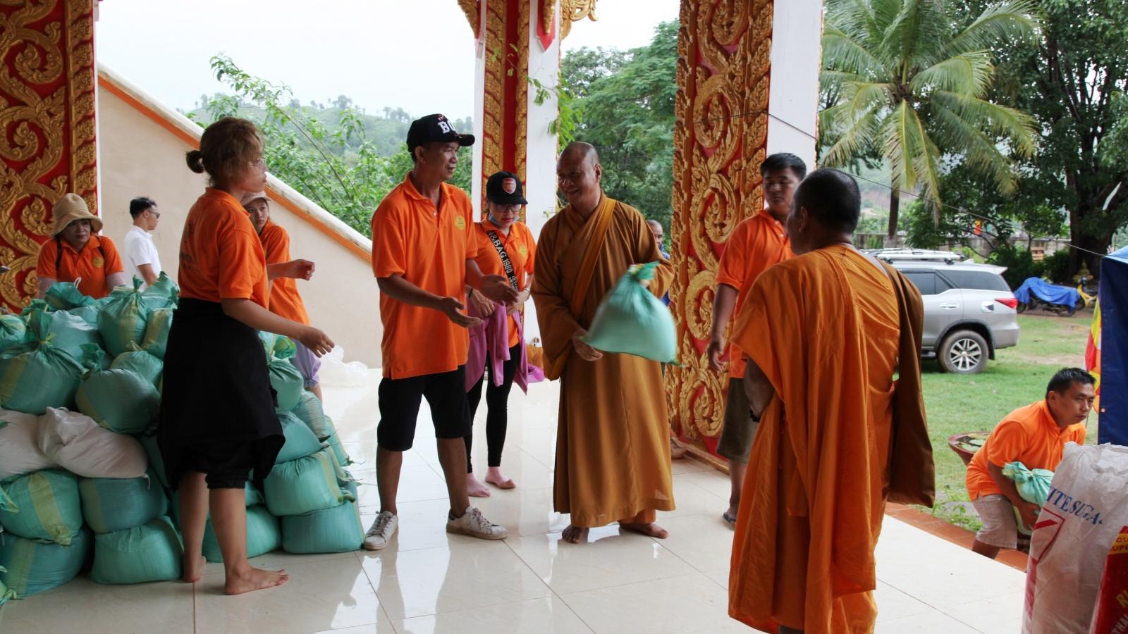 Người Việt tại Lào hỗ trợ người dân vùng lũ lụt Savanakhet